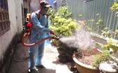 峴港市防疫人員在各民居區進行噴灑除蚊噴霧劑。(圖源:潘鐘)