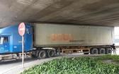 集裝箱車卡在安霜高架橋底現場。(圖源:PLO)
