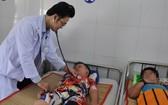 市第一兒童醫院醫生在給入住醫院接受治療的登革熱病童查體。(圖源:維姓)