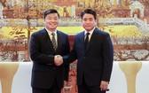 河內市人委會主席阮德鍾(右)與中國廣東省副省長歐陽衛民握手合影。(圖源:秀英)