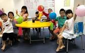 學生們開心地提著自己做的花燈。