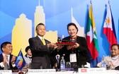 國會主席阮氏金銀從泰國接收AIPA 41主席榮譽錘。(圖源:越通社)