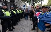 8月28日,在英國倫敦,人們在唐寧街10號首相府外抗議。(圖源:新華社)