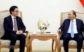 政府總理阮春福(右)接見柬埔寨駐越南特命全權大使波拉克。(圖源:越通社)