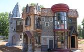 這個城堡一共有兩層,配有木橋、鞦韆和滑梯,還有9¾站台、霍格沃茨魔法學校、奧利凡德的魔杖店和女貞路的一部分。(圖源:互聯網)