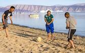 當地人穿著T恤在海灘上娛樂。(圖源:互聯網)
