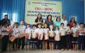 國家副主席鄧氏玉盛武向鴻山殘疾兒童撫養中心的小朋友們贈送禮物。(圖源:阮莊)