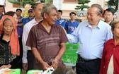 張和平副總理給祿寧少數民族同胞贈送禮物。(圖源:越通社)