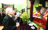 黨中央總書記、國家主席阮富仲於昨(1)日上午前往在主席府的胡志明主席遺跡區內的67號住房上香緬懷胡志明主席。(圖源:越通社)