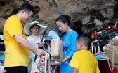 下龍灣旅遊接待單位使用紙製袋代替塑料袋。(圖源:互聯網)