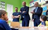 當地時間 9月2日,法國上塞納省克利希,法國總理愛德華-菲利普當天在法國教育部長布朗蓋的陪同下,視察位於巴黎郊區的 Toussaint Louverture 學校,與迎來新學期的孩子們互動交流。(圖源:互聯網)