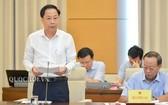政府副總監察長陳玉廉(前左)在會議上闡述政府報告。(圖源:Quochoi.vn)