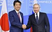 日本首相安倍晉三(左)5日在俄羅斯遠東的符拉迪沃斯托克,與總統普京舉行了會談。(圖源:共同社)