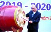 政府總理阮春福昨(5)日上午出席河內市山西高中學校新學年並在開學典禮上擊鼓。(圖源:光孝)
