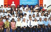 蘇建源董事長(右六)和范興主任(左五)以及各位老師 同獲獎學金的學生合照。