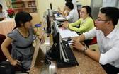 第一郡稅務分局幹部協助納稅人匯算清繳個人所得稅。