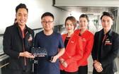 捷星太平洋航空公司乘務員組向失主歸還護照。