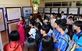 黃沙與長沙群島地圖與資料展吸引眾多大學生前來參觀。(圖源:Vietnamnet)