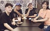 許國洲(左二)與歌友們商討籌備音樂會工作留影。