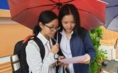 兩名華文科考生在討論試題。