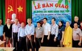 楊怡生(左四),倪耀茂(左六)和李成南 (左七)等澳洲越僑探訪團在移交小學地下水過 濾淨化器儀式上合攝。