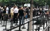 眾多蘋果迷在新加坡 Apple Store Orchard門市前排隊購買iPhone 11。(圖源:成福)