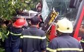 救援力量趕到現場營救被困在客車內的乘客。(圖源:清橋)