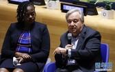 """9月21日,在紐約聯合國總部,聯合國秘書長古特雷斯(右)在聯合國""""青年氣候峰會""""上講話。(圖源:新華社)"""