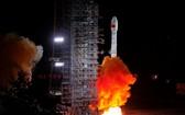 """當日5時10分,中國在西昌衛星發射中心用長征三號乙運載火箭,,以""""一箭雙星""""方式成功發射第47、48顆北斗導航衛星。(圖源:新華社)"""