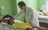 巴地市醫院醫生給病童看診。(圖源:明天)