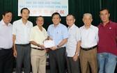 阮玉英主編(中)接受土龍木天后宮 理事會捐款 1 億 1000 萬元。