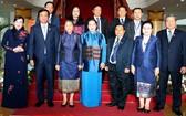 國會主席阮氏金銀(前中)、老撾國會主席巴妮‧雅陶都與各代表合照。(圖源:越通社)