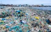 每年塑料垃圾增至兩倍。圖為平順省綏豐沙灘上堆積的塑料垃圾。(圖源:Lekima Hung)