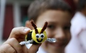 """2019年6月2日,一名兒童在美國洛杉磯舉行的""""我們愛蜜蜂""""活動上展示蜜蜂玩具。(圖源:新華社)"""