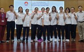 10名華文科優秀生與王桂秋、阮國強老師合照。