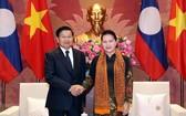 國會主席阮氏金銀(右)接見老撾總理通倫‧西蘇里。(圖源:越通社)