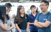 黎文鴻甄(右)與年輕朋友談話。
