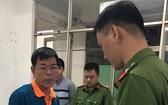 執法警員向嫌犯阮海南宣讀逮捕令。(圖源:士興)