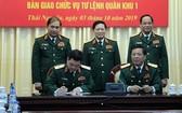 國防部長吳春歷大將(中)主持並見證第一軍區司令職務移交儀式。(圖源:PV)