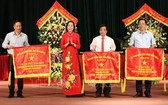 寧平省委書記阮氏清向出色成績的集體頒贈錦旗。(圖源:越通社)