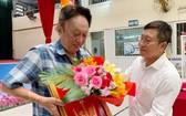 陳家義向為《萌芽》叢書做出積極貢獻的陸進義(左)致贈紀念金牌。