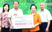 越南勵學會中央向該省貧困學生頒贈1億元助學金。(圖源:越通社)