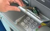 職能力量發現在ATM機進卡口上安裝疑似盜竊銀行卡信息的外置設備。(圖源:藍紅)