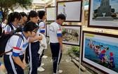 此屆展覽吸引了各界人士與教育界及眾多學生前來參觀了解。(圖源:越通社)