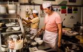 華人麵家的廚師正在煮麵服務食客。