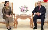 政府總理阮春福(右)接見柬埔寨王國副首相兼議會聯絡與監察部大臣梅森安女士。(圖源:德俊)