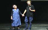 這是意大利藝人盧卡‧瓦洛(LucaVullo)與其母親安吉拉‧加布里埃爾(Angela Galeriele)首次來越的演出。(圖源:互聯網)