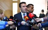 在歐洲聯盟領袖未同意於目前展開入會談判後,北馬其頓總理柴伊夫(中)20日決定在明年4月提前舉行國會大選。(圖源:Zaevzoran臉書)