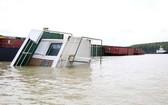 在芹耶縣隆槽河上翻沉的 VIETSUN INTEGRITY貨輪。(圖源:晉力)