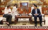 河內市人委會主席阮德鍾(右)接見荷蘭駐越特命全權大使埃爾斯貝特‧阿克曼。(圖源:越通社)